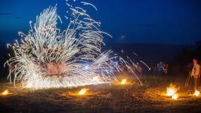 De verbazende Brand toont met vuurwerk O-vorm volledig-om lijn met heel wat vonken En rapt publiek vol bewondering rond Stock Foto's