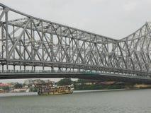 De verbazende brug van Howrah met stadsachtergrond royalty-vrije stock afbeeldingen