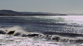 De verbazende golven van de oceaan slaan tegen de kust stock videobeelden