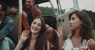De verbazende groep vrienden, bohostijl, de close-up van de picknicktijd het drinken bier, heeft een aardig gesprek, zittend op stock video