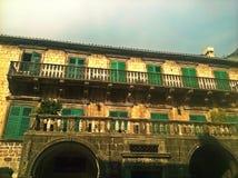 De verbazende historische bouw met groene vensters Royalty-vrije Stock Fotografie
