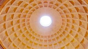 De verbazende koepel van het Pantheon in Rome stock afbeeldingen
