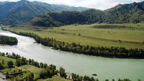 De verbazende mening van de rivier bosberg vanaf de bovenkant Langzame Motie 3840x2160 stock videobeelden