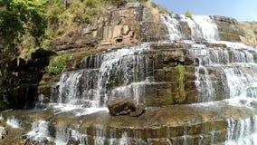 De verbazende Pongour-Waterval is beroemd en mooist van daling van Vietnam Niet verre van Dalat-stadsraming 50 km Dalat stock videobeelden