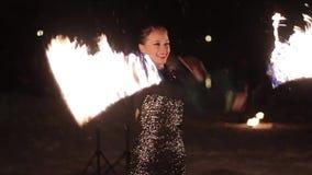 De verbazende stammenbrand toont dans bij nacht op de winter onder dalende sneeuw De dansgroep presteert met toortslichten en stock video
