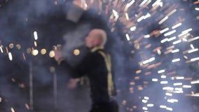 De verbazende stammenbrand toont dans bij nacht op de winter onder dalende sneeuw De dansgroep presteert met toortslichten en stock videobeelden