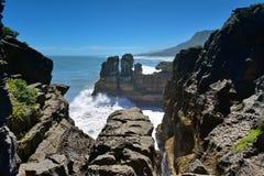 De verbazende vormingen van Pannekoekrotsen bij het Nationale Park van Paparoa in Nieuw Zeeland Stock Fotografie