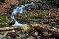 De verbazende watervallen in Janosikove Diery Stock Foto