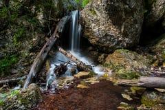 De verbazende watervallen in Janosikove Diery Royalty-vrije Stock Fotografie