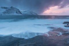De verbazende Zonsondergang over Berg en Fjord, de Winterlandschap, Noorwegen de zon plaatst op de Noorse Alpen en het blauwe uur stock fotografie