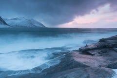 De verbazende Zonsondergang over Berg en Fjord, de Winterlandschap, Noorwegen de zon plaatst op de Noorse Alpen en het blauwe uur stock afbeeldingen