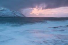De verbazende Zonsondergang over Berg en Fjord, de Winterlandschap, Noorwegen de zon plaatst op de Noorse Alpen en het blauwe uur royalty-vrije stock afbeelding