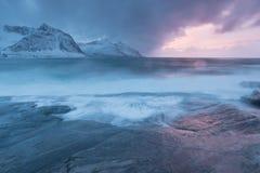 De verbazende Zonsondergang over Berg en Fjord, de Winterlandschap, Noorwegen de zon plaatst op de Noorse Alpen en het blauwe uur stock foto
