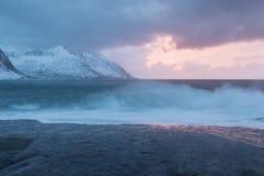 De verbazende Zonsondergang over Berg en Fjord, de Winterlandschap, Noorwegen de zon plaatst op de Noorse Alpen en het blauwe uur royalty-vrije stock afbeeldingen