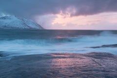 De verbazende Zonsondergang over Berg en Fjord, de Winterlandschap, Noorwegen de zon plaatst op de Noorse Alpen en het blauwe uur stock foto's