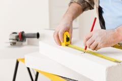 De verbetering van het huis - de poreuze baksteen van de manusje van allesmaatregel Royalty-vrije Stock Fotografie