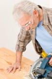 De verbetering van het huis - het manusje van alles sneed hout met figuurzaag stock foto's