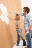 De verbetering van het huis: Het schilderen van de man en van de vrouw muur stock foto