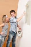 De verbetering van het huis: Het schilderen van de mens met penseel Royalty-vrije Stock Fotografie