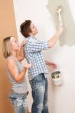 De verbetering van het huis het schilderen van de Mens muur met penseel Royalty-vrije Stock Afbeelding