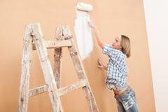 De verbetering van het huis: Het schilderen van de vrouw muur Royalty-vrije Stock Foto