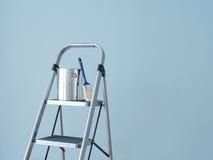 De verbetering van het huis. Het voorbereidingen treffen om de muur te schilderen. royalty-vrije stock foto