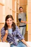 De verbetering van het huis jonge paar het bevestigen muur royalty-vrije stock foto's