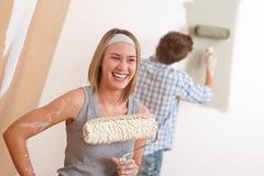 De verbetering van het huis: Jonge paar het schilderen muur Royalty-vrije Stock Foto
