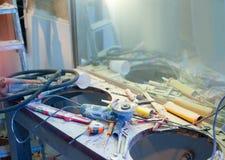 De verbetering van het huis slordige rommel met bestrooide hulpmiddelen Stock Afbeeldingen