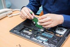 De verbeteringsdeel van de technicussteun en het bevestigen laptop selecteer nadruk, royalty-vrije stock afbeeldingen