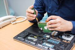 De verbeteringsdeel van de technicussteun en het bevestigen laptop selecteer nadruk, royalty-vrije stock foto