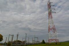 De verbinding en de pyloon van de elektriciteitselektriciteitspanne Royalty-vrije Stock Afbeelding
