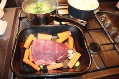 De verbinding van het braadstukrundvlees van vlees met groenten stock foto's