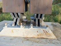 De verbinding van de staalband met straal en verankerd in beton stock afbeelding