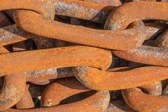 De verbindingen van een ijzer roestige ketting stock foto's