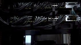 De Verbindingshub van het Ethernetnetwerk Het knipperen lichten in een donkere die serverruimte, Close-upmening van Ethernet-kabe stock footage