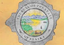 De de verbindingsvlag van Alaska van de staat van de V.S. schilderde op concreet gat en barstte muur stock afbeelding