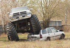 De verbrijzeling van de monstervrachtwagen aan oude auto tijdens Motoshow in Polen stock fotografie
