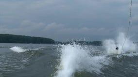 De verbrijzeling van de Wakeboardermens valt in het water terwijl het proberen om een truc te doen stock videobeelden