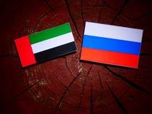 De verenigde Arabische vlag van Emiraten met Russische vlag op een isol van de boomstomp Royalty-vrije Stock Foto
