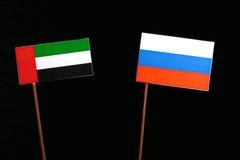 De verenigde Arabische vlag van Emiraten met Russische vlag op zwarte Stock Fotografie