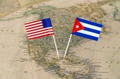 De Verenigde Staten van Amerika en Cuba markeren spelden op een wereldkaart, politiek relatiesconcept stock afbeeldingen