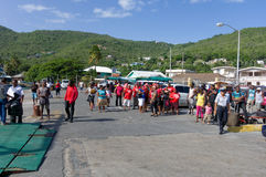 De verenigde verdedigers die van de arbeidspartij zich bij Bequias-veerbootpier verzamelen Stock Fotografie