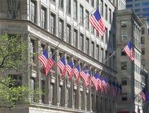 De verenigde vlaggen van de Staat die bij de bouw van Manhattan worden getoond Royalty-vrije Stock Afbeelding