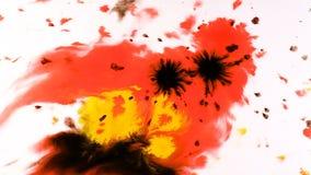 De verf die van de inktwaterverf op een nat blad, psychedelische abstracte nevel op papier druipen stock footage