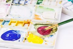 De verf en de borstel van de waterverf Het schilderen van paletdoos op witte achtergrond voor onderwijs en ontwerpkunstconcept stock afbeeldingen