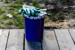 de verf kan liggend op het terras van een privé huis met een borstel en handschoenen, klaar om worden geopend en worden geschilde royalty-vrije stock afbeelding