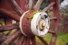De verf op een rood houten wiel doorstaat stock afbeeldingen