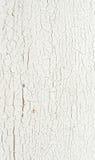 De verf van de schil op een witte houten muur. stock foto's