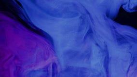 De verf van de heelal het blauwe kleur gieten in water Acrylkleuren en inkt in water Abstracte frame achtergrond Kleuren en inkt stock footage